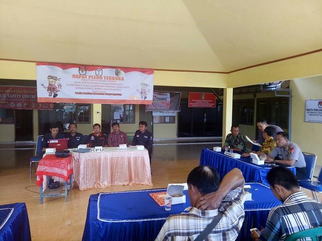 Ketua KPU Suprihno, M.Pd., saat memantau rapat pleno rekapitulasi Daftar Pemilih Hasil Perbaikan (DPHP) dalam Pilgub dan Pilbup di Kantor Kecamatan Tanggunggunung (9/3)