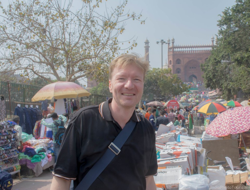 Lars posing in the street market in front of Jama Masjid in Old Delhi