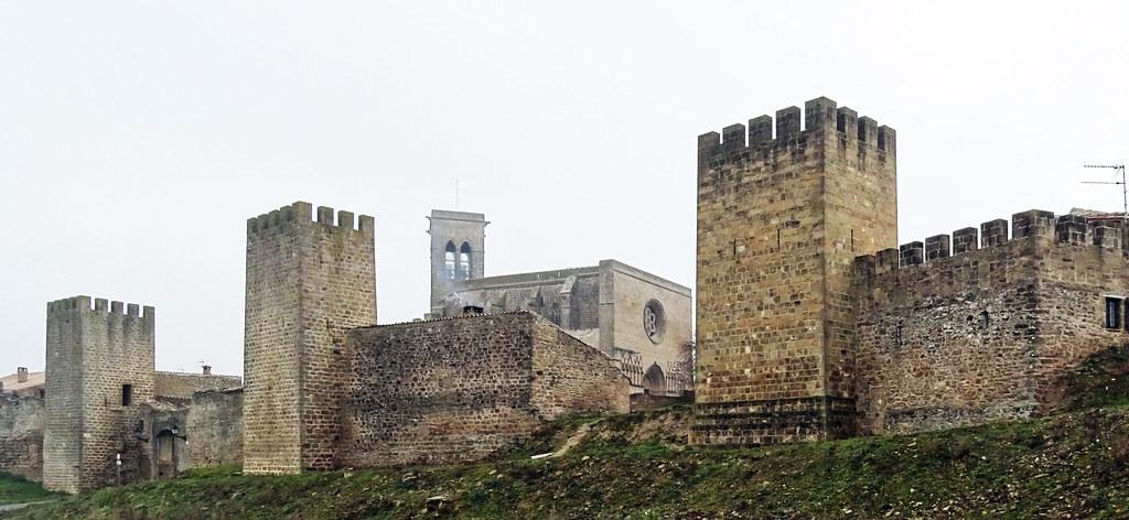 Artajona Murallas del Cerco torres Iglesia de San Saturnino Navarra 02