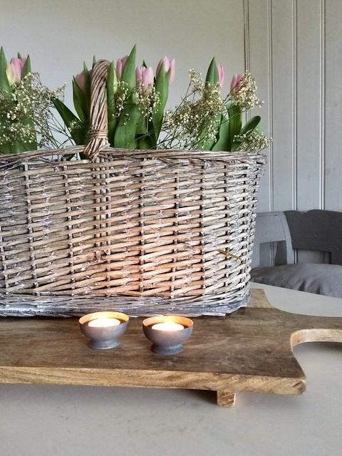 Houten snijplank, mand met bloemen, waxines