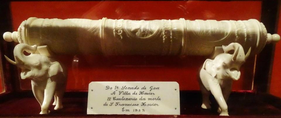Dos elefantes y rollo de marfil Piezas Orientales Museo Castillo de Javier Navarra 01