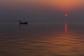 De eerste vissers zijn ook wakker.