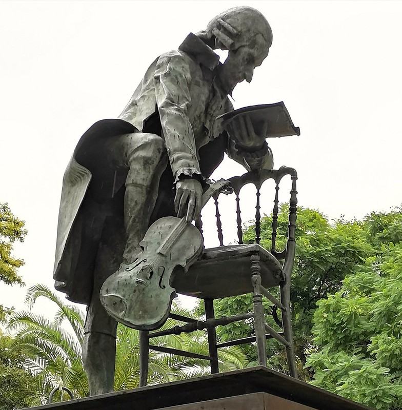 Escultura monumento homenaje a Mozart en Sevilla