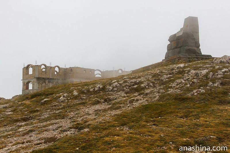 Недостроенное здание и памятник партизанам Крыма