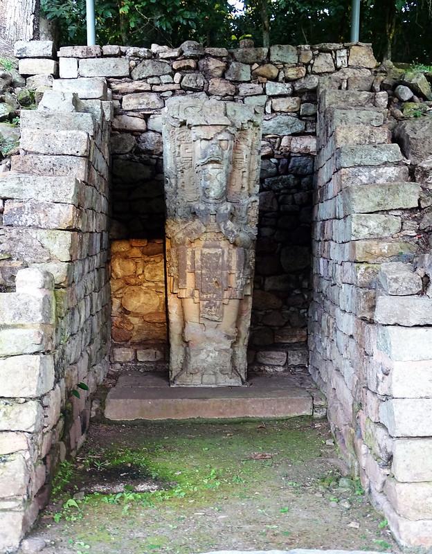Estela I de piedra Un Adepto sitio arqueologico Maya de Copan Honduras 01