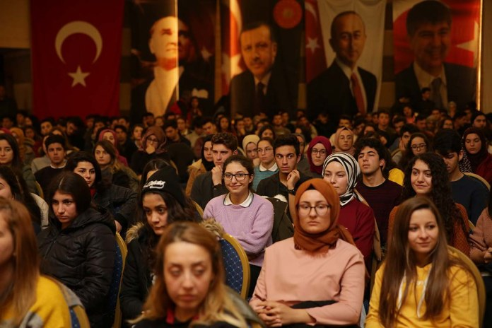 Başkan Türel, Lonicera'da öğrencilerle tiyatro izledi