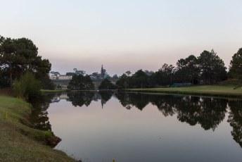 een mooie golfbaan midden in de stad