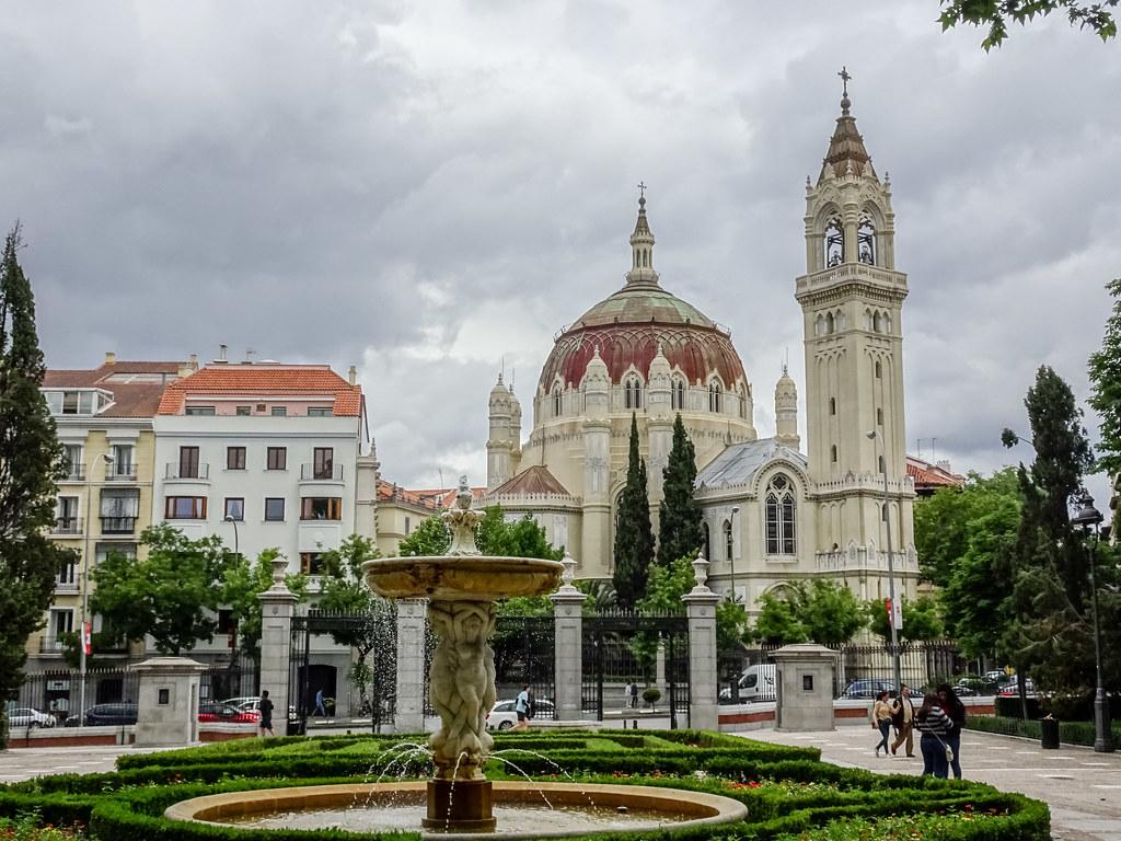 exterior Iglesia San Manuel y San Benito desde El Retiro Madrid