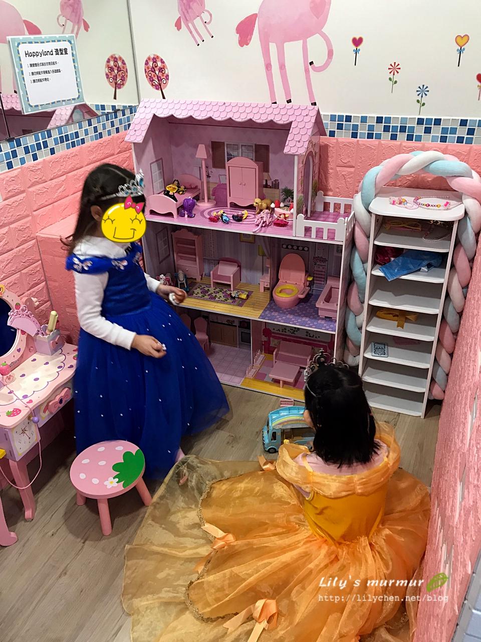 女孩們穿了公主服正要玩娃娃屋。