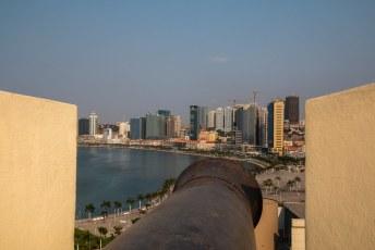 Vanuit het fort kun je de bankiers in het roze gebouw mooi onder vuur nemen.
