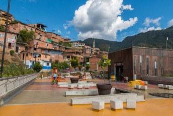 Als laatste namen we de nieuwe kabelbaan naar Villa Sierra, een achtergestelde wijk in Medellin. Men bouwt die kabelbanen om deze buurten vooruit te helpen. Mensen kunnen dan veilig(er) reizen en daardoor gaan werken.