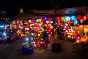 het is chinees nieuwjaar, dus overal lampions te koop