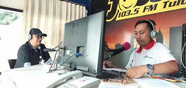 Komisioner KPU Tulungagung Victor Febrihandoko, S.Sos., saat melaksanakan talk show di radio Jossh FM (5/11)