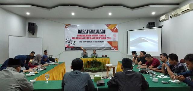 Suasana rapat evaluasi pemutakhiran DPTHP Pemilu 2019 di Bukit Daun Kediri (16/12)