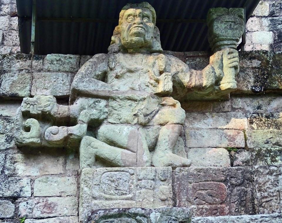 Estructura 11 Templo de las Inscripciones Relieve dios del viento de la lluvia plaza de occidental de la acropolis sitio arqueologico Maya de Copan Honduras