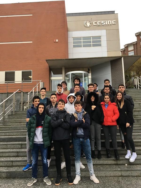 Alumnos de 2º de Bachillerato visitando CESINE