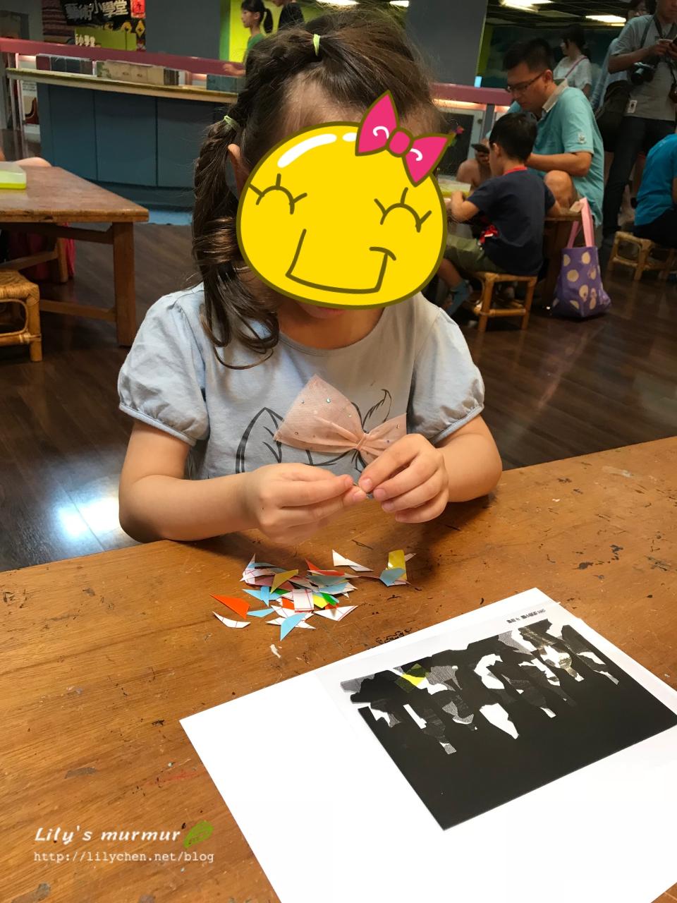 小妮正在色紙片的背膠,要貼到印好城市圖案的投影膠片上。