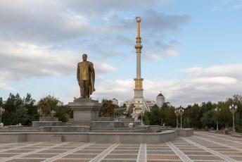Wederom een standbeeld van Turkmenbashi, deze staat voor het Onafhankelijkheidsmonument.