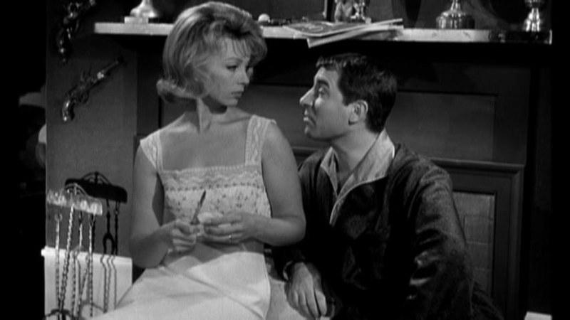 元恋人が自分のエッチが下手くそで未熟だと言っていたことを、盗み聞きした夫から聞かされて激怒しはじめるアントニア。映画「パリジェンヌ」より。