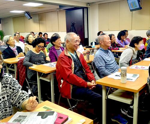 林博文示範板橋榮家特設「老人車站」使用方式逗得聽眾哈哈大笑/照片由終身教育部提供
