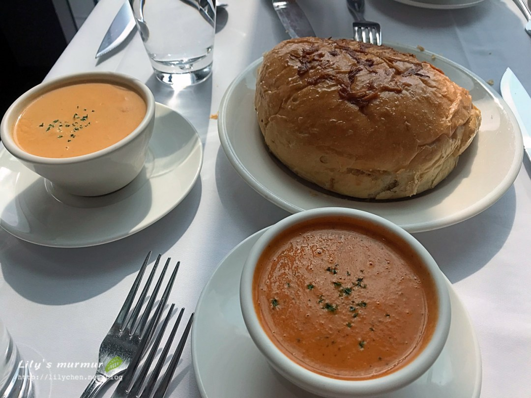 左邊那碗是龍蝦濃湯,右上方是洋蔥麵包,下方是蕃茄蔬菜濃湯。
