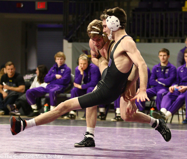 141: Loiue Sanders (MSU) wins a 5-4 decision vs Jordan Biehn (SMSU)   9-6 MSU - 190125mke-0051