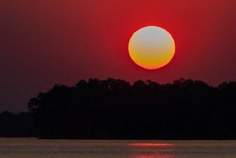 ....en recht op de ondergaande zon af.
