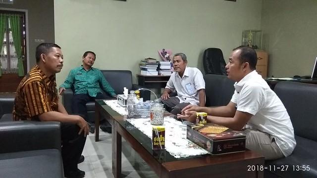 David Hartanto Kasubbag Teknis dan Hupmas KPU Tulungagung saat berkoordinasi dengan Agus Winoto Waka Kurikulum SMAN 1 Boyolangu (27/11)