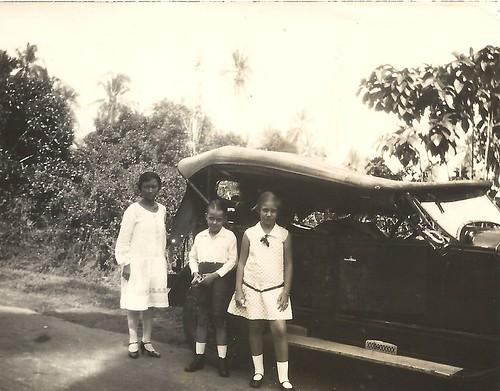 Een defecte auto op de weg van Belawan Medan juni 1929