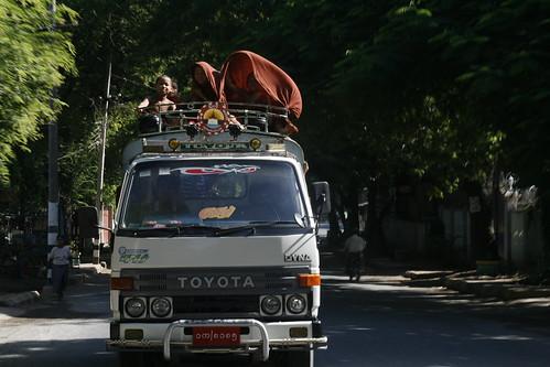 Pequeños monjes saludan desde la camioneta