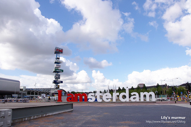 藍天白雲下的I amsterdam字牌。