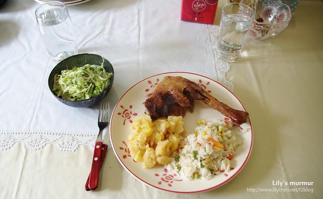 烤鴨餐上桌囉!有沙拉、馬鈴薯塊還有米飯!尼家很常吃米飯喔~