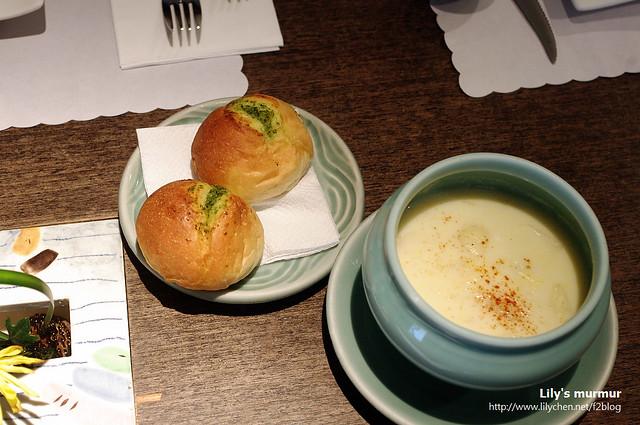這是我點的義大利套餐的前菜,有濃湯跟小麵包,都很好吃。