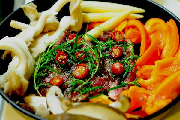 烤義式香料梅花豬佐油漬蕃茄