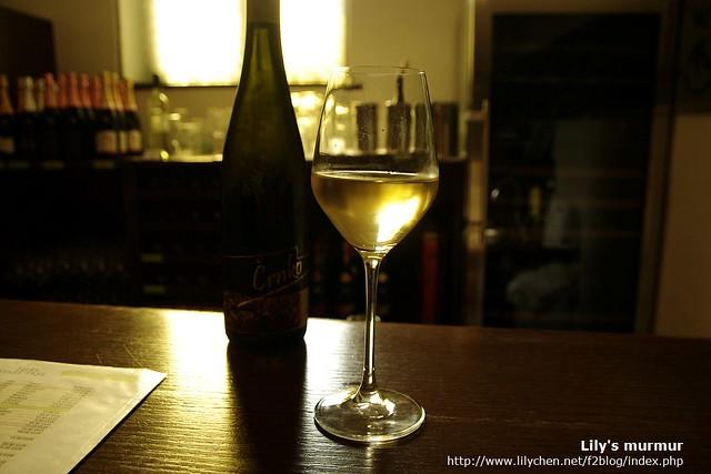 這就是我點的蘇維翁白酒,一杯3歐。店員看我要拍照還特地擺好給我拍。