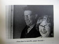"""Alan Bennet, Una vita come le altre, Adelphi, 2010, [responsabilità grafica non indicata]; """"In copertina: La famiglia Bennet al mare (1938)"""", p. 171 (part.), 1"""