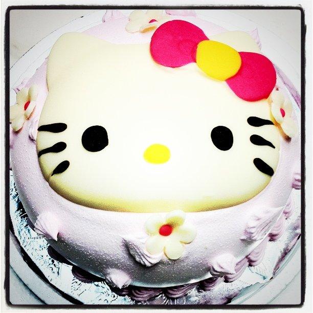 今天是陳小妞一歲生日,買了個可愛的小蛋糕幫她慶生~ :)