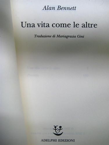 """Alan Bennet, Una vita come le altre, Adelphi, 2010, [responsabilità grafica non indicata]; """"In copertina: La famiglia Bennet al mare (1938)"""", frontespizio. (part.), 1"""