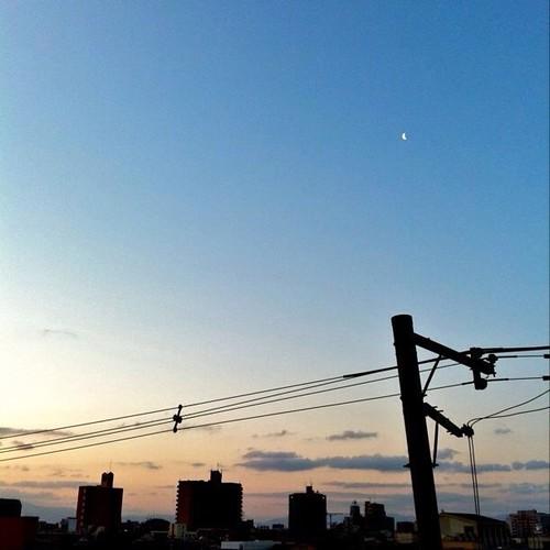 (^o^)ノ < おはよー! 今朝の大阪、下弦の月が見えるね! 今日も笑顔で( ゚д゚)ノ ヨロ #Osaka #morning #moon