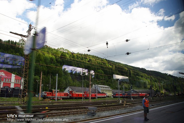 坐在火車上看窗外的風景,當天有個好天氣。
