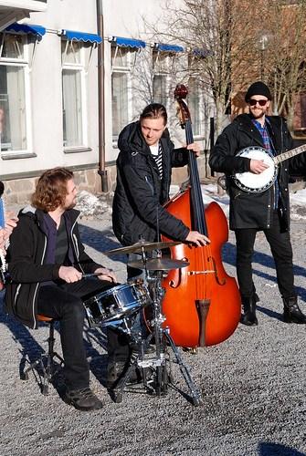 Improviserad konsert utanför Ett Glas (på torget) i Norrtälje