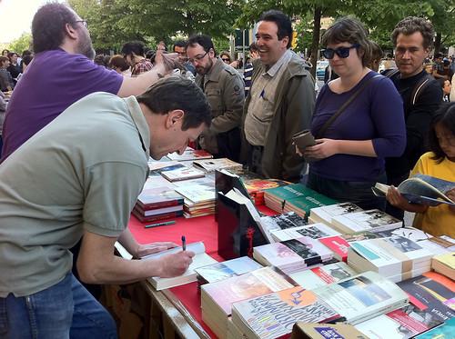 Chesús Yuste con Ignacio Martínez de Pisón, firmando libros en el Día del Libro 2011 en Zaragoza