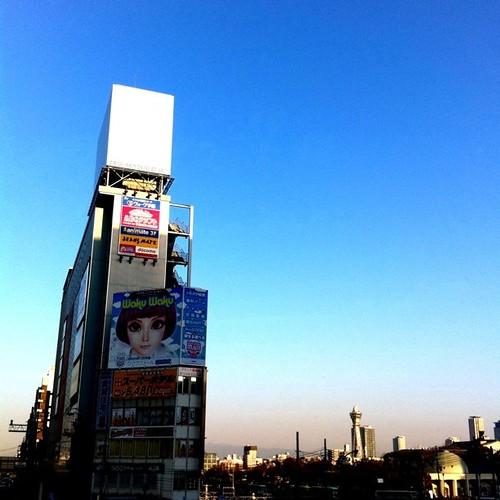 (^o^)ノ < おはよー! 今朝の大阪、清々しい青空だよ。 今日も笑顔でがんばろ~! #prayforjapan #Osaka