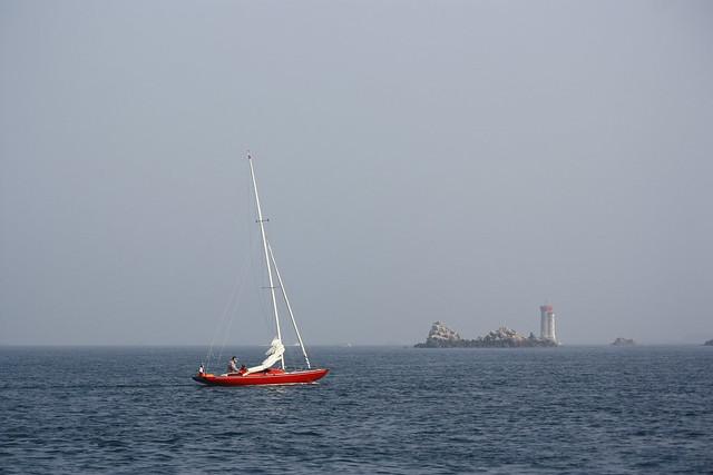 Navegar em vermelho sobre o mar azul