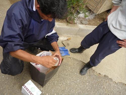 南郷泥アゲ大作戦の合間にハエ取り剤などをお渡しする Mud dredge volunteer at Nango, Kesennuma, Miyagi pref.