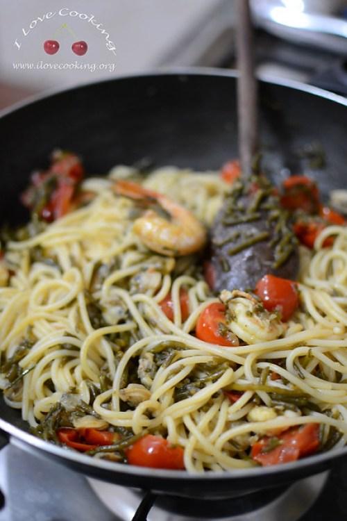 spaghetti di kamut con asparagi di mare, vongole e gamberetti