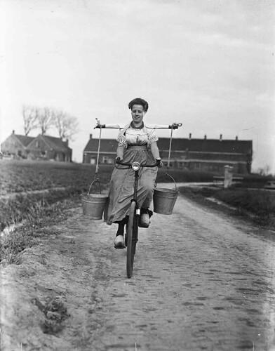 00-00-1946_00175 Boerin op de fiets by IISG