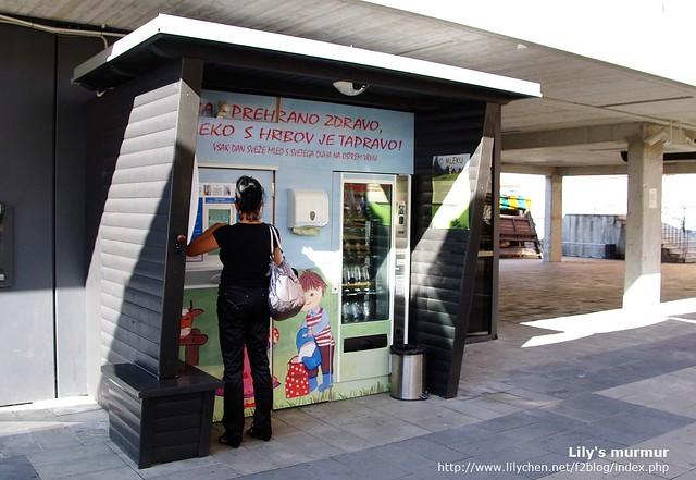 Maribor市集旁邊的鮮乳販售機,有的人直接自備瓶子就過來買喔。