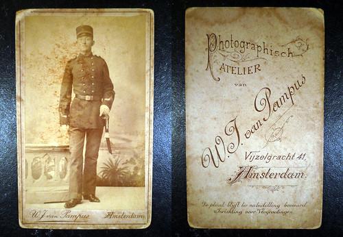 Fam. Rusch (W.F. Eringaard Onderofficier KNIL) Militair 7e regiment Infanterie Sabel en Kepie 1895 Opa Eringaard heeft in Atjeh gevochten onder generaal van Heutz