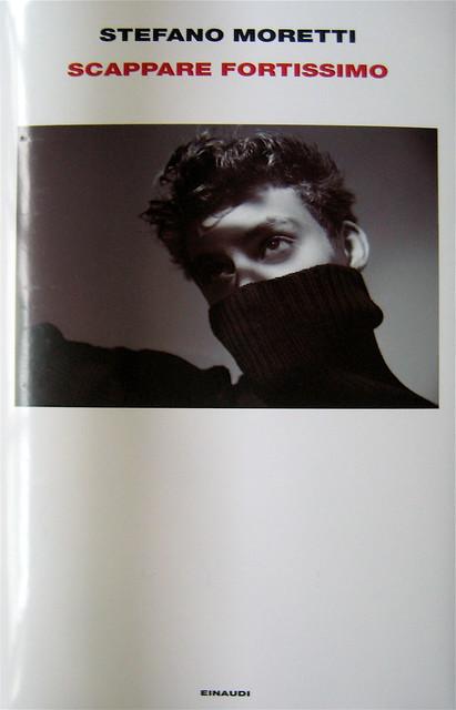 """Stefano Moretti, Scappare fortissimo, Einaudi 2011; [resp. grafica non indicata], alla cop.: """"foto David Goldman / Gallery Stock"""", cop. (part.), 1"""